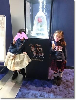 なぜか【美女と野獣】のオブジェの前で記念写真(^^;