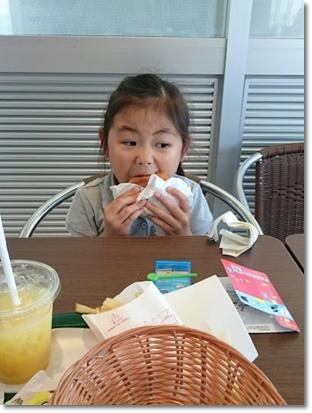 おおきなハンバーガーを必死で頬張ってるカブ子も可愛くて好き♪(親バカ^^;)
