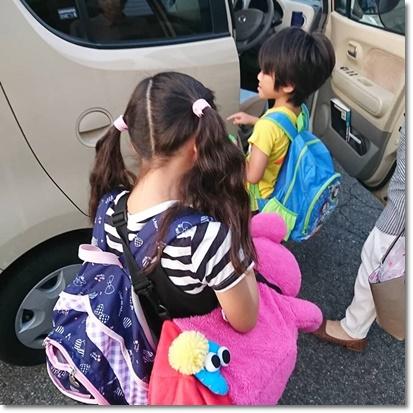 お迎えの車に乗り込むカブ子とユラ;;;