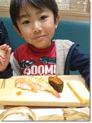 ユラにもお子様寿司を注文(^^)