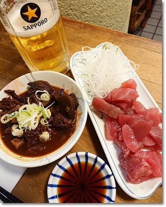 生ビールと牛スジどて煮とマグロ刺@酒津屋中店